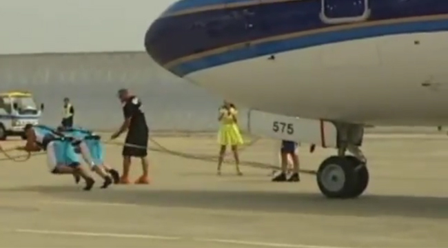 Strongmen Pull Boeing 737-300 in China