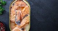 Salmão sockeye de peixe enlatado em mesa de ardósia