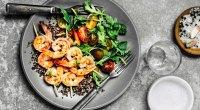 Shrimp with green salad and quinoa