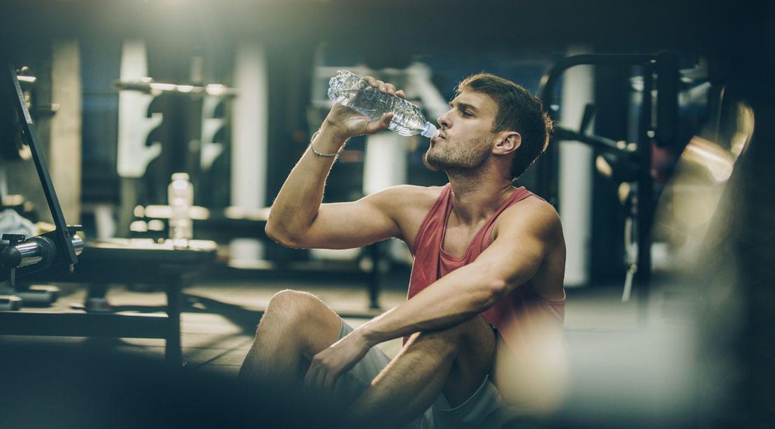 9 façons de réduire le poids de l'eau et de révéler vos abdos
