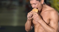 العضلات-الرجل-الأكل-هامبورجر