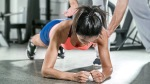 Trainer-Teaching-Fit-Girl-How-To-Plank