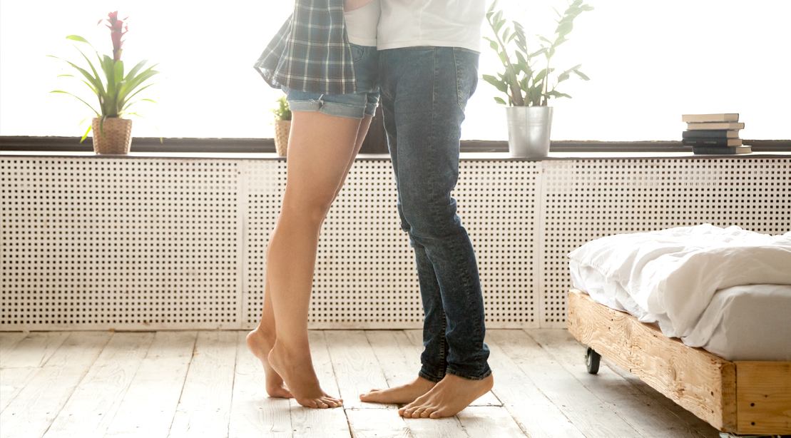 Couple-Legs-On-Tippie-Toe-Kissing