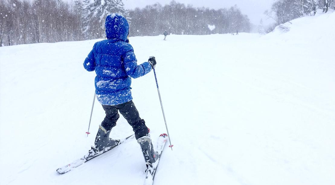 Beginner-Skier-Skiing-On-Snowy-Snow-Slope-Pizzaing