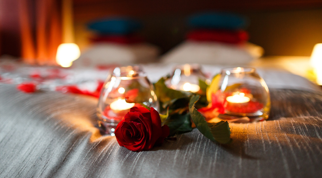 Romantic-Gesture-Ideas-Valentines-Day-Flowers-On-Bed