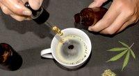 Pessoa adicionando uma gota de CBD ao café