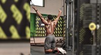 Osamoj Imoohi performing kneeling cable pulldown exercise